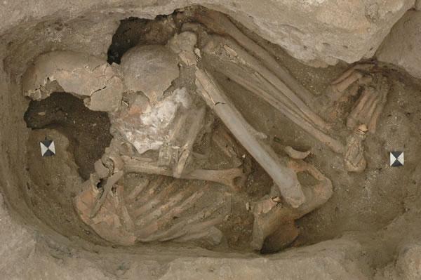 Bestattung einer Frau mit einem Schädel unter dem Arm. Bildquelle: Newsletter 2011